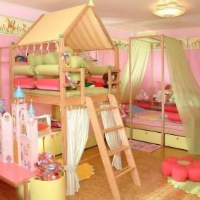 Кровать с балдахином в углу детской