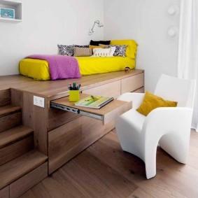 Желтая кровать на подиуме в детской
