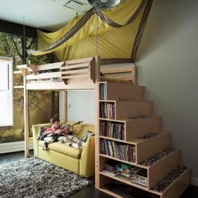 Полки для книг в ступенях лестницы
