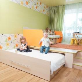 Выдвижная кровать в подиуме детской комнаты