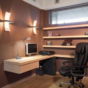 Открытые полки в небольшом кабинете