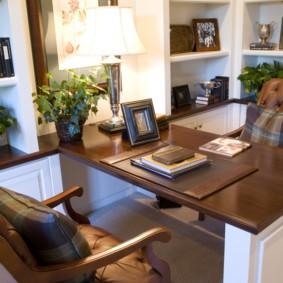 Письменный стол в рабочем кабинете