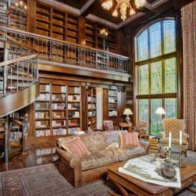 Книжные полки в комнате с лестницей