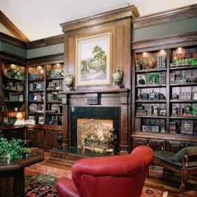 Книжные шкафы в кабинете частного дома