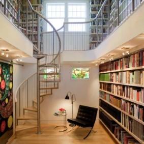 Винтовая лестница в комнате с книгами