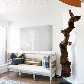 Скульптура из дерева в белой комнате