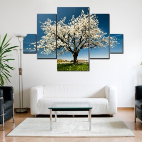 Цветущее дерево на модульной картине