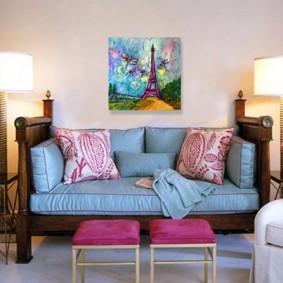 Бирюзовые подушки дивана на деревянном каркасе