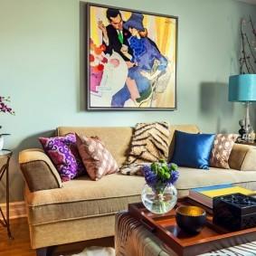 Разноцветные подушки на диване в зале