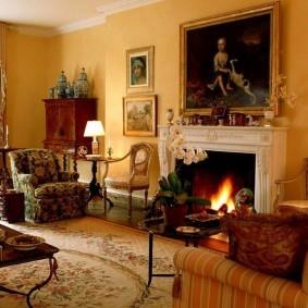 Дровяной камин в классической гостиной