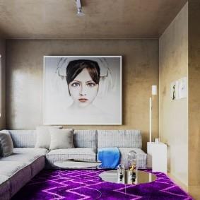 Портрет любимой девушки на обоях в гостиной