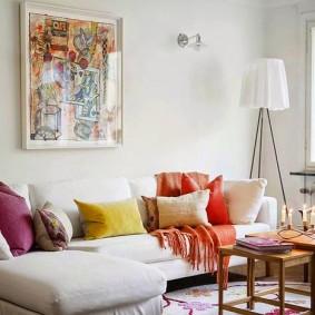 Цветные подушки на угловом диване