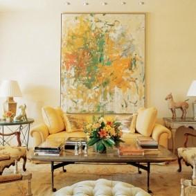 Светло-желтые стены гостиной комнаты