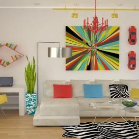 Яркая абстракция в интерьере гостиной