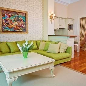 Деревянный столик в классическом стиле