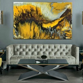 Желтые кресла в серой комнате