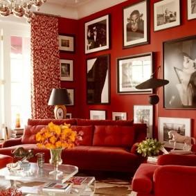 Бардовые стены гостиной комнаты