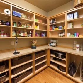 Открытые полки для хранения продуктов