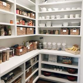 Белые полки с продуктами питания