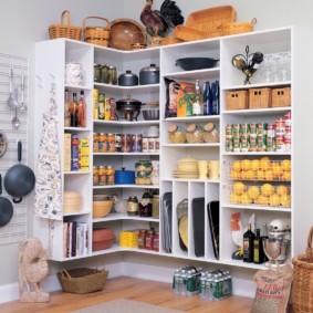 Хранение продуктов на полках в кладовке