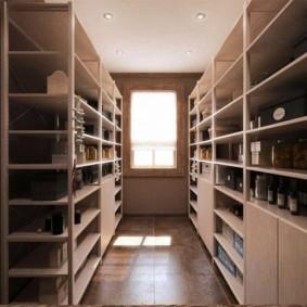 Узкая комната с продуктами питания
