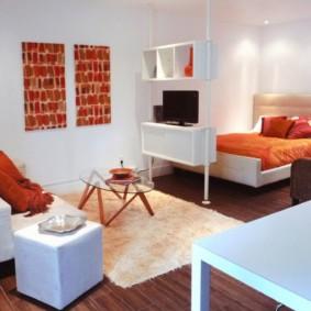 Яркий декор белой комнаты