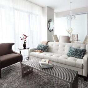 Мягкая мебель разного цвета
