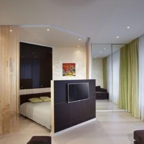 Место для телевизора на спинке кровати