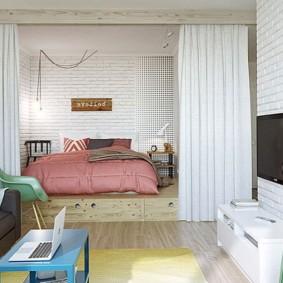 Розовое одеяло на широкой кровати