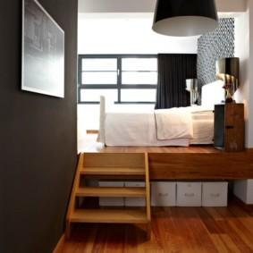 Кровать на высоком подиуме в квартире