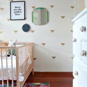 Кроватка для младенца из натурального дерева