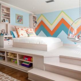 Яркий геометрический принт на обоях в комнате девочки