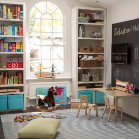 Открытые стеллажи в детской комнате