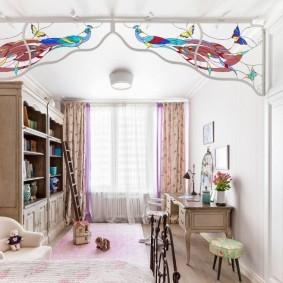 Декор витражами потолка детской