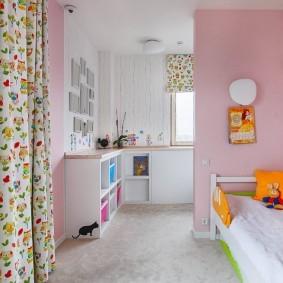 Розовые стены в уютной комнате