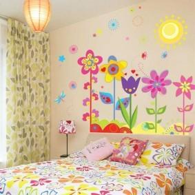 Яркие цветки на обоях в спальне дочери