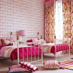 Розовые одеяла на детских кроватях