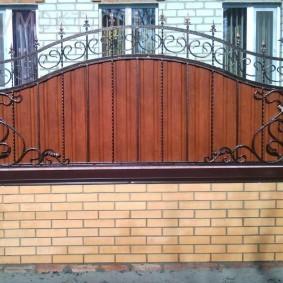 Кирпичный забор с кованной секцией