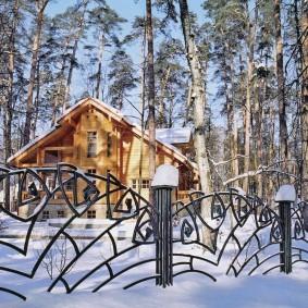 Зима на даче с кованным забором