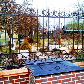 Кирпичные столбы с металлическим забором