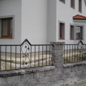 Садовый забор из крупноформатных блоков