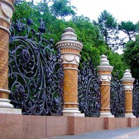 Стильная ограда классической усадьбы