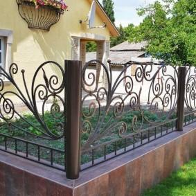Декоративный забор на дачном участке