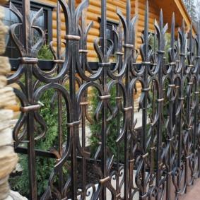 Металлическая ограда с холодной ковкой