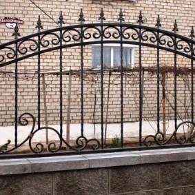 Комбинированный забор из металла и камня