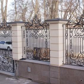 Стальной забор на бетонном основании