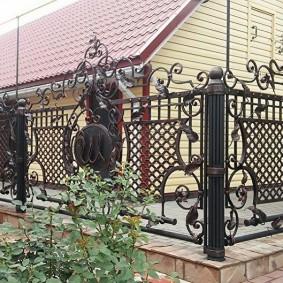 Красивый забор во дворе загородного дома