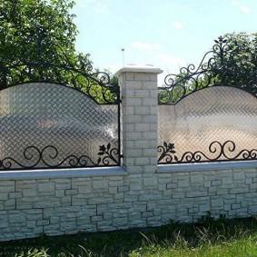 Поликарбонат на металлическом каркасе садового забора