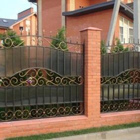 Позолоченные детали на кованном заборе