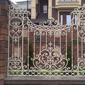 Белый забор из кованных элементов